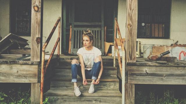 Žena sediaca na schodoch terasy, ktorá sa rekonštruuje
