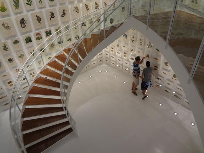 Luxusné zatočené schody, dve osoby pod schodiskom