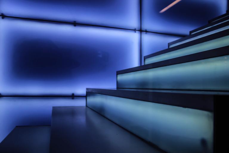 Schody, modré podsvietenie, pohľad zblízka