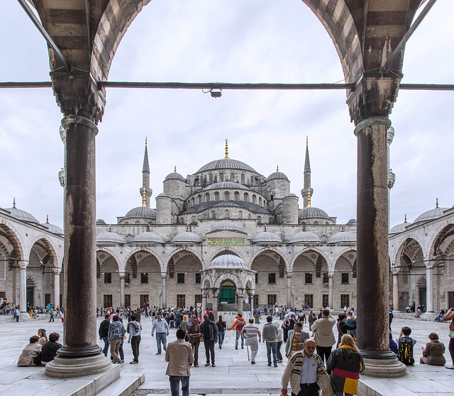 Turisti pred chrámom v tureckom meste