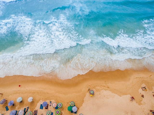 Farebné slnečníky na pláži pri mori