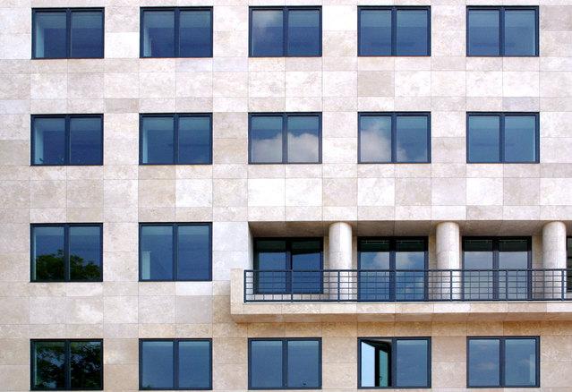 Moderný obytný dom s veľkými oknami s hliníkovými rámami.jpg