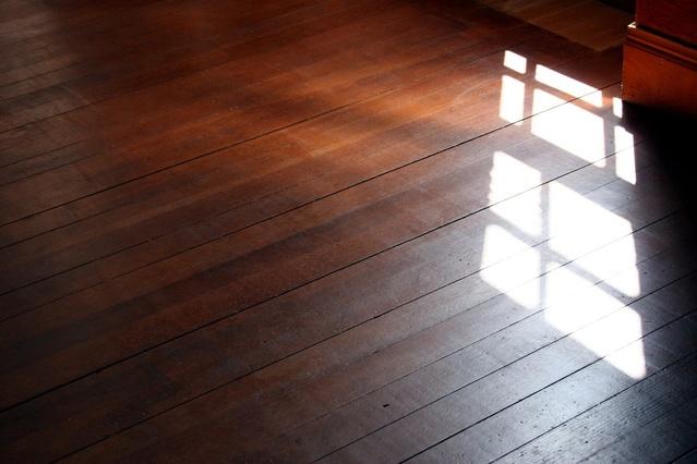 Odraz svetla cez okno na drevenej podlahe.jpg