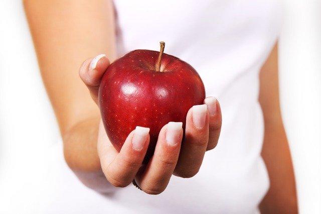 ruka s jablkom.jpg