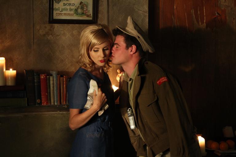 Muž vo vojenskej uniforme ide bozkať svoj partnerku.jpg