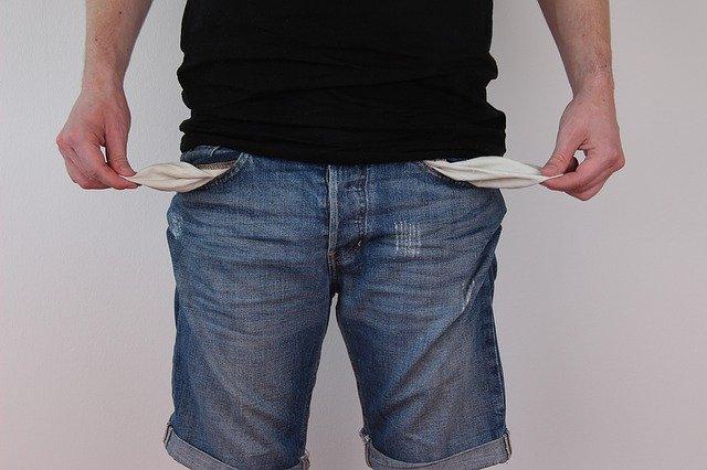 Muž si vyťahuje z nohavíc prázdne vrecká.jpg