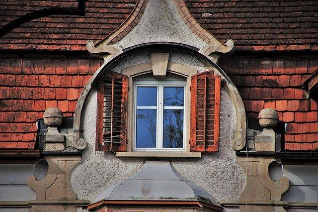 Malé plastové okno v podkrovnom byte.jpg
