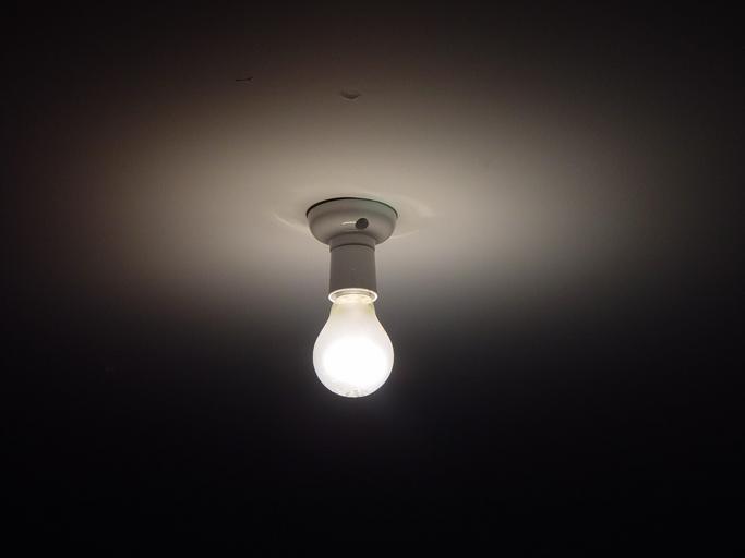 Zapálená guľatá žiarovka na strope